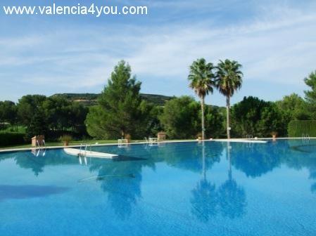 Alquiler en valencia chiva apartamento golf salmon con for Apartamentos con piscina en valencia